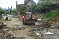 Výkopy v Kostelci souvisí s výstavbou nové kanalizace, vodovodu a veřejného osvětlení. Po jejich dokončení konečně nahradí panelové komunikace pořádný asfalt.