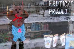 Výloha prodejny erotického prádla v Krnově. Prodejci erotického prádla v Krnově jsou pověstní svým absurdním humorem při vymýšlení poutačů a výloh.