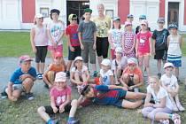Skupina dětí, která strávila týden na příměstském táboře krnovského Střediska volného času Méďa, si užila pestrý program. Jedním z výletních cílů byl Cvilín.