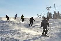 Ve Ski aréně Karlov nabízí lyžařům vedle upravených sjezdovek také skikrosové dráhy.