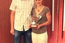 Čeští reprezentanti Libor Smolka a Silvie Rybářová při vyhlášení výsledku plaveckého maratónu.
