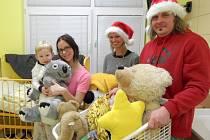Ludvík Gregárek před Vánoci osobně rozdává hračky dětem v nemocnici.