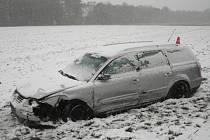 Jedno z aut po dopravní nehodě zůstalo v přilehlém poli, druhé se zastavilo nárazem do stromu. Nehoda se stala v sobotu 27. října v úseku mezi Krnovem a Zátorem.