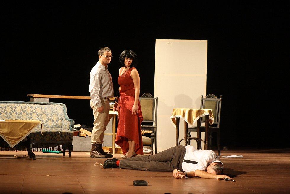 Lidové divadlo Krnov sklidilo ovace vestoje na premiéře hry Mátový nebo citron aneb Lupič v nesnázích.