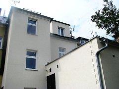 Těsně před jedenáctou hodinou dopolední došlo na ulici Albrechtické v Krnově k vážné nehodě, při které tříletý chlapec vypadl z okna. Z výšky téměř pěti metrů se zřítil na střechu druhého domu.