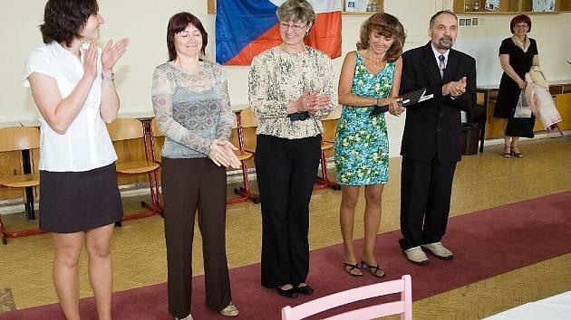 Jitka Kusendová, Věrka Bílková, Helena Hanzelková, Radka Kotoučková a Ladislav Konopka jsou od 29. května držiteli dalšího maturitního vysvědčení.
