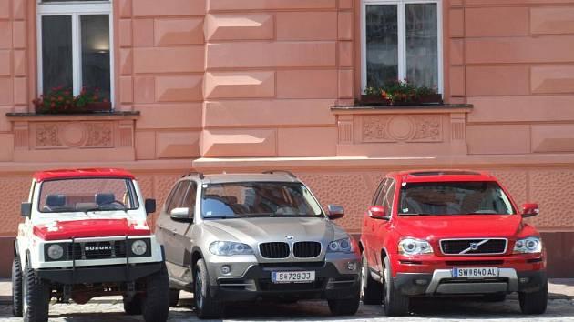 Testované vozy před krnovskou radnicí.