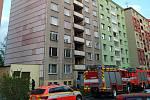 V Bruntále se vznítil olej v troubě, požár pak přes stupačky ničil dva byty.
