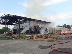 Slezské Pavlovice zažily velký požár: hořel stoh a osobní auto. Foto: HZS Moravskoslezského kraje