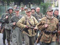 Vlasovci jsou ve skutečnosti členové krnovského Klubu vojenské historie KVH Maxim. V Krnově se natáčely scény z Pražského povstání v květnu 1945. Film Vlasovci má televizní premiéru v pátek 8. května.