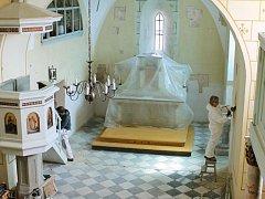 Odkrývání fresek právě začíná. Malby nalezené v kostele v Hrozové patří k nejstarším a nejcennějším v našem kraji. Restaurátory Romanu Balcarovou a Filipa Menzela (na snímku) čeká pomalá a velmi zodpovědná práce.