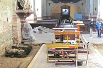 Kryptu krnovského kostela svatého Martina tvoří dvě komory, ve kterých je přibližně třicet rakví. Výkopy po stranách odkryly valenou klenbu z cihel, která tvoří strop krypty.