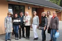 Delegace ruských cestovních kanceláří a ruských médií u vrbenské sklárny Jakub. Čtvrtou zleva je coby doprovod krnovská místostarostka Renáta Ramazanová.