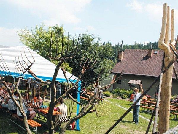 Muzeum vidlí vLichnově stále překvapuje návštěvníky svými novinkami. Ovíkendu mohli poprvé obdivovat strom vidlovík (vlevo) a zúčastnit se odhalení vidláckého totemu (vpravo).