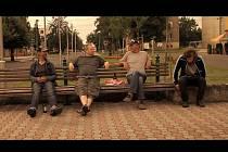 Film Svatokrádež v úvodních scénách zavede diváky na osoblažské náměstí rozpálené letním sluncem.