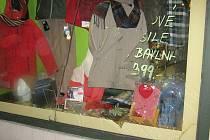 Výlohu rozbila v centru Bruntálu partnerská dvojice, posílená alkoholem v Tipsport baru.