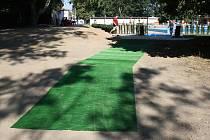 Zelený koberec natažený v místech, kde nestihla vyrůst tráva je symbolem nedokončenosti generální rekonstrukce koupaliště.
