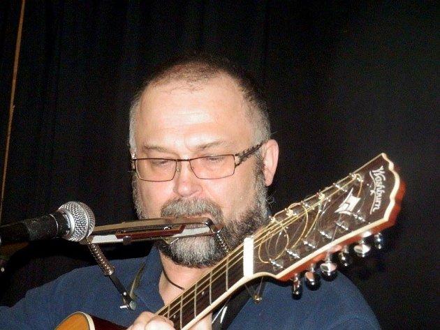 Kytara je jeho hlavní hudební nástroj.