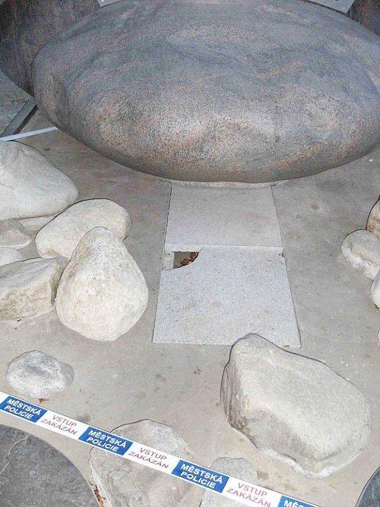 Vodní prvek zdobící náměstí Míru v Bruntále poškodil vandal zřejmě silou, jen tak by kamenné desky nepraskly.