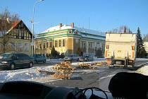 PATNÁCT PALET popadaných z nákladního vozu zatarasilo přechod pro chodce u obchodního domu na Ruské ulici v Bruntále.