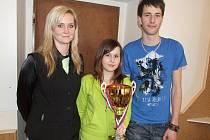 Vlaďka Pašová se žáky Ivetou Fryštackou a Jiřím Trojáčkem (zleva) s pohárem za vítězství v barmanské soutěži Ahol cup 2010.