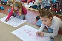 Děti malovaly do již předkreslených srdíček svoji vysněnou cestu do školy. Všechny obrázky byly velmi pestrobarevné.