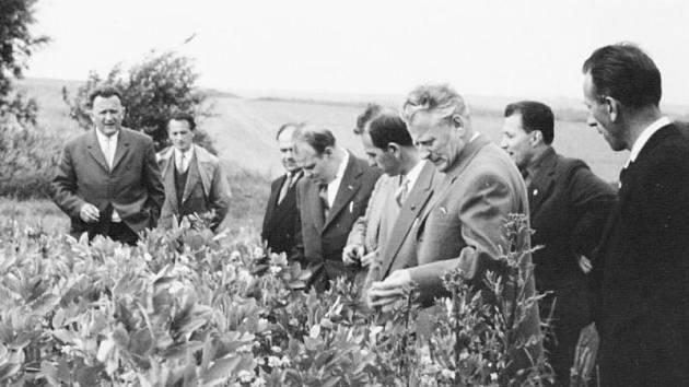 Antonín Novotný (třetí zprava), Drahomír Kolder (pátý zprava) a Drahoslav Vojtal (první zleva) na Osoblažsku v roce 1964.