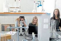 Studenti pedagogické a zdravotnické školy v Krnově mohou využívat novou chemickou laboratoř. Díky modernizaci prošla významnou proměnou.