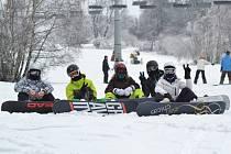 Snowboarding je především doménou mladších generací, není ale výjimkou, že se po jednom prkénku spustí i starší rekreanti.