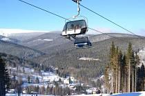Lanovka s krytem pro lyžaře poskytuje lepší komfort při nepřízni počasí. Lidé se na ní mohou vyvézt na svah lyžařského areálu Ski Karlov v Karlově pod Pradědem. Krytá bublina je jediná v Jeseníkách.
