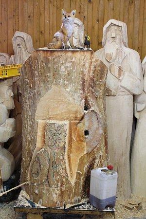 Řezbář Jiří Halouzka se pustil do dalšího svého projektu. Vyřezává velké reliéfy zvířat, která žijí nebo se občas vyskytují vJeseníkách. Jde mu oto, aby podoby byly co nejvěrohodnější.