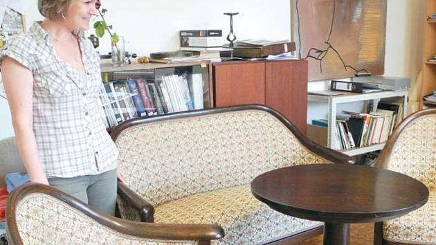 Sedací soupravu se stolkem navrhl Otto Pruscher pro firmu Thonet. Poprvé se ve firemních katalozích objevuje roku 1914. Podle dobových fotografií byl stejný typ křesel v ložnici Flemmichovy vily.