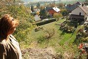 Poděkování za záchranu dcery posílá Marcela Steuerová Pavlovi Daňkovi, který bydlí v domku pod srázem. Kdo by si pomyslel, že vyhlídka s lavičkami vedle turistické stezky je tak nebezpečné místo.