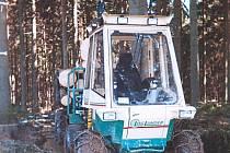 Log Lander 84, vyvážecí souprava zelené barvy v hodnotě milionu korun, se ztratila majitelům v Huzové.