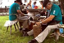 Naklepat kosu nebo vyprat prádlo v neckách na valše jako za časů našich prababiček. Podobné dovednosti si mohli oživit návštěvníci Kosárny.