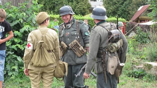 Jak vypadala Osoblaha na konci války? Co se zde odehrálo, když sovětská Rudá Armáda zaútočila na německé obránce? Jak se v té době vedlo civilnímu obyvatelstvu? To měla divákům ukázat rekonstrukce v podání klubů vojenské historie a místních ochotníků.