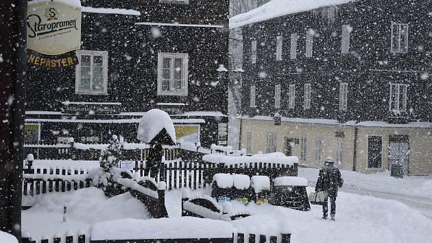 Zimní Karlova Studánka evokuje vzpomínky na atmosféru filmu S tebou mě baví svět. Od roku 1983 tu mezi zasněženými hotely a lázněmi každému  v uších zní song Sladké mámení.