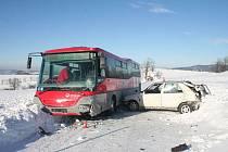 Smyk se již řidiči nepodařilo vyrovnat, dostal hodiny a narazil zadní částí do autobusu. Auto se nárazem přetočilo zpět a narazilo znovu do autobusu, tentokrát do boku.