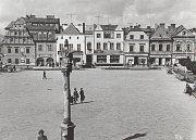 Pohled z radnice na západní stranu náměstí Míru v Bruntále, kde je vlevo výraznou dominantou Gabrielův dům.
