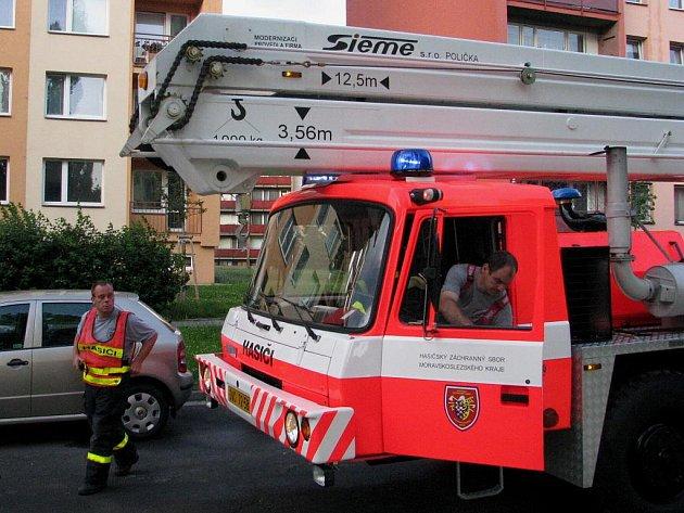 Hasičská plošina pro zásahy ve vícepodlažních budovách je vozidlo dlouhé 14 metrů. Jak se s tímto kolosem kličkuje na sídlištích mezi špatně zaparkovanými auty? Preventivní akce ukázala, že špatně.