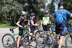 Akce policejních preventistů na cyklostezce u Petrova rybníka ukázala, že někteří cyklisté měli přilbu, jiní ne.