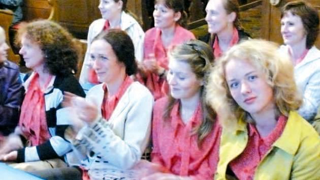 Na závěrečném koncertě letošního ročníku festivalu Setkání s duchovní hudbou v Krnově zazněly pravoslavné liturgické zpěvy v podání mužského pěveckého sboru Láska opravdivá z Masarykovy univerzity v Brně. Na snímku mu aplauduje zaplněný chrám kláštera min