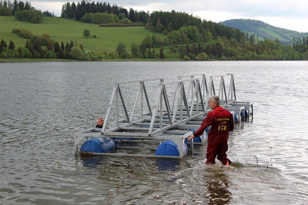 Bruntálští vodní záchranáři před letní sezonou spouštěli na hladinu Slezské Harty dvě mola, jedno vlastní a druhé pro elektroloď Harta.