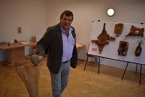 Chalupář Petr Kruk má krásný vztah ke dřevu i technické znalosti. Výsledek v červenci představí výstava Chalupářské dřevěnění ve Vysoké Bartultovicích.