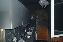 Šest jednotek hasičů zasahovalo v úterý večer v  Petrovicích u požáru čtyřpokojového bytu.