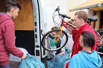 Krnované se ochotně zapojují do finančních i humanitárních sbírek na pomoc Ukrajině. Koncem minulého týdne ze sběrného místa v krnovské škole a školce Slezské diakonie vyjelo další auto plné hraček, oblečení a dětského vybavení.