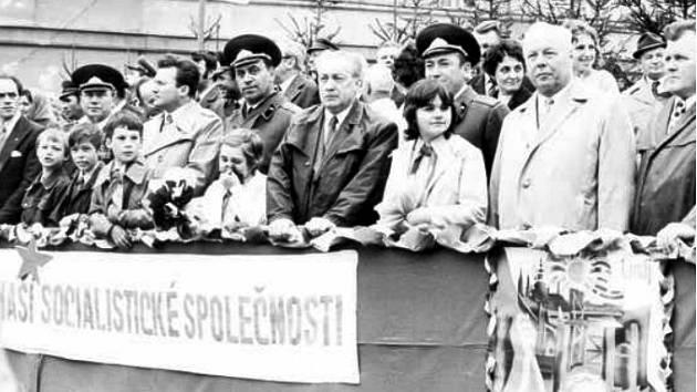 Poslanec národního shromáždění Navrátil, osvoboditel Bruntálu podplukovník Bunak, tajemník OV KSČ Pomykal, ředitel gymnázia Josef Kadlec (zleva), druhý zprava stojí Leopold Najzar, bývalé předseda MNV Bruntál.