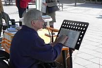 Čtení z bible u Bauerova památníku už má v Krnově tradici.