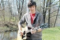 David Piňos. K mladému, talentovanému hudebníkovi patří neodmyslitelně kytara.