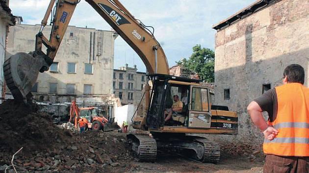 Demolice Karnoly v Krnově. Několik zchátralých budov muselo ustoupit v rámci procesu přeměny Karnoly na textilní muzeum.